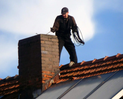 Ramoneur sur un toit pour la cheminée - Le P'tit Ramoneur